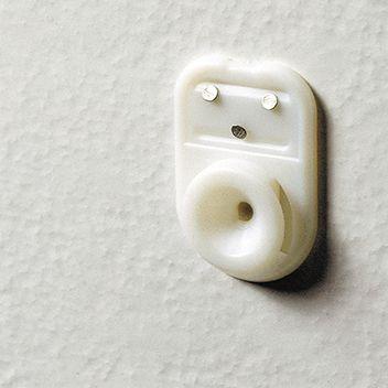 壁面に傷を残さない、オリジナル壁掛けフック使用