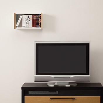 テレビの周りの壁面にDVDを収納