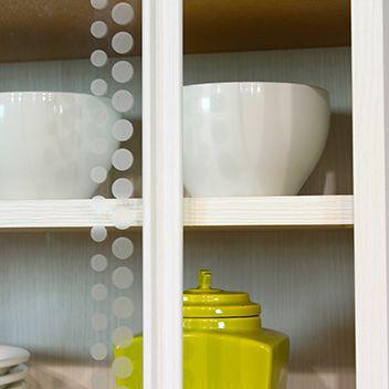 遊び心を感じるガラス引戸のシルク印刷。