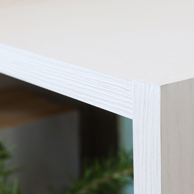 棚板の正面(木口)には3Dエンボス加工