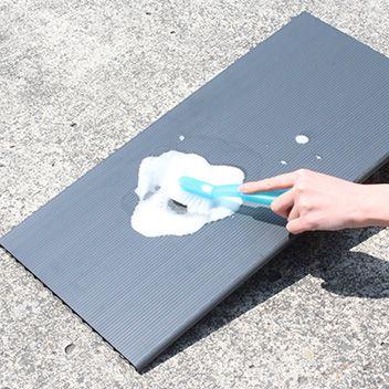 洗える樹脂製の棚板。