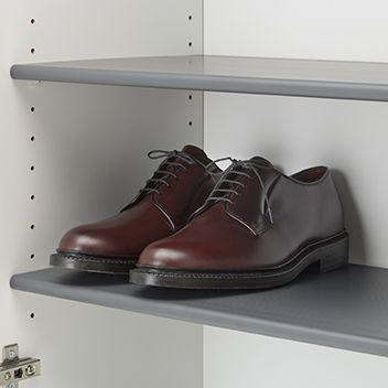 男性用の革靴が入る奥行サイズ。